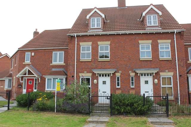 3 Bedrooms Town House for sale in 57 Rivelin Park, Kingswood, Hull, HU7 3GP. Modern 3 bed, 3 story town home on Kingswood.