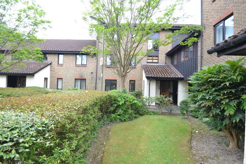 2 Bedrooms Flat for sale in Rickwood, Horley