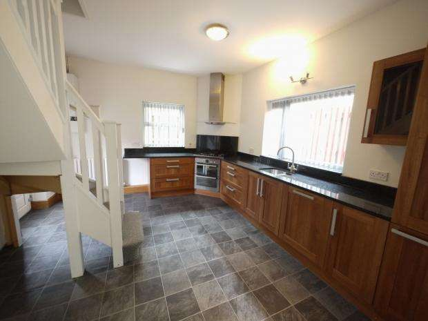 3 Bedrooms End Of Terrace House for sale in Queen Street, West Vale, Greetland, Halifax
