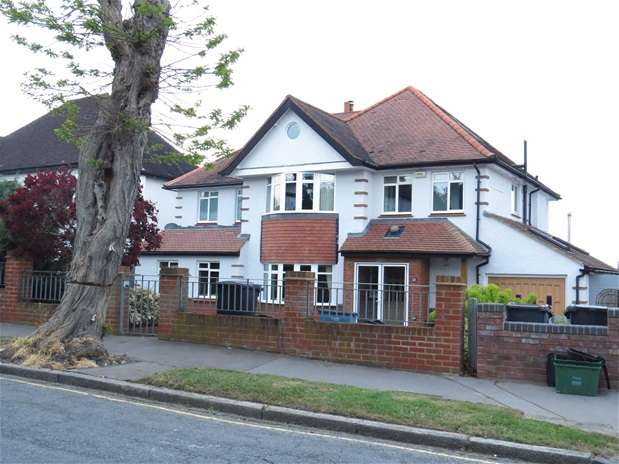 5 Bedrooms Detached House for sale in Fitzjames Avenue, Croydon