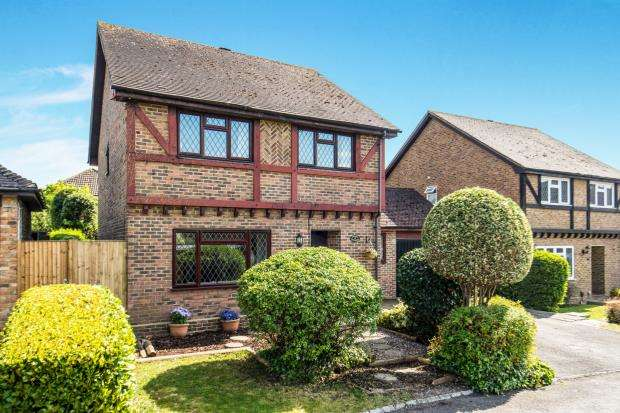 4 Bedrooms Detached House for sale in Merrow, Guildford, Surrey