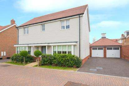 4 Bedrooms Detached House for sale in Hastings Avenue, Cheshunt, Waltham Cross, Hertfordshire