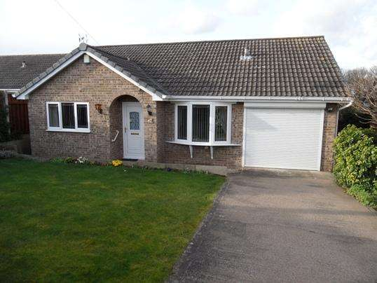 3 Bedrooms Bungalow for sale in 42 Applehaigh View, Royston, Barnsley, S71 4HR