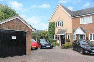 3 Bedrooms Semi Detached House for sale in Mariners Way, Gravesend, Kent