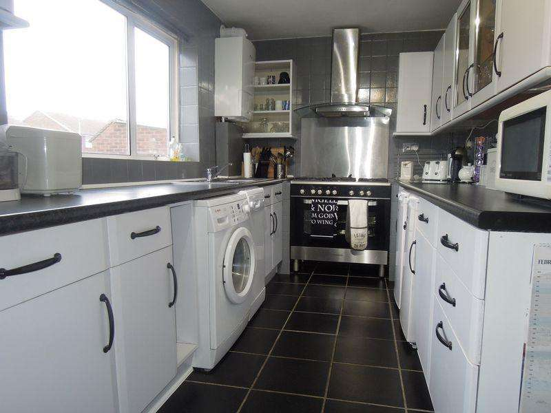 2 Bedrooms Maisonette Flat for sale in Off London Road Large Private Garden with Garage