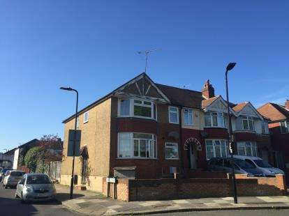 2 Bedrooms Flat for sale in The Fairway, Northolt