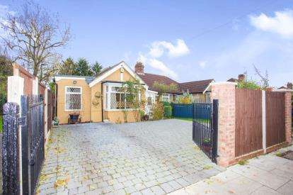 5 Bedrooms Bungalow for sale in Eastcote Lane, Northolt, Middlesex, England