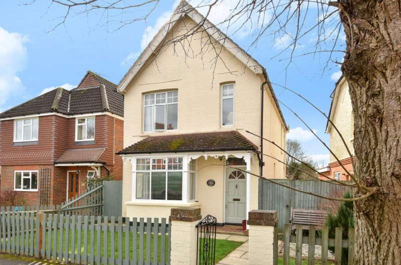 3 Bedrooms Detached House for sale in Mead Road, Cranleigh