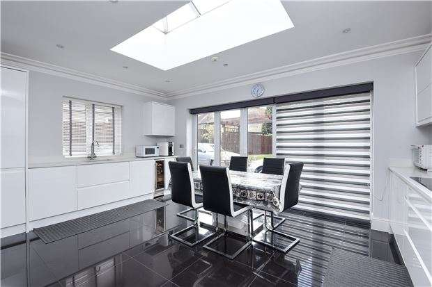 4 Bedrooms Detached House for sale in Queen Mary Road, LONDON, SE19