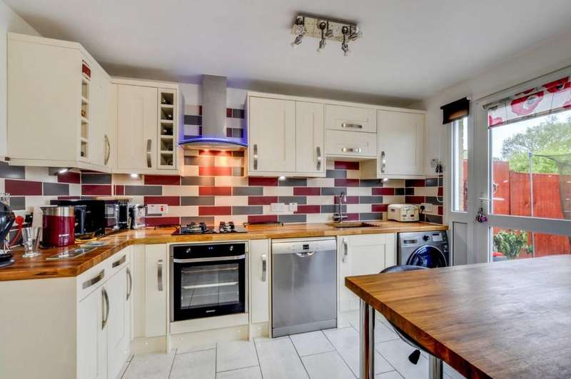 3 Bedrooms Terraced House for sale in Adamson Court, Broadfield