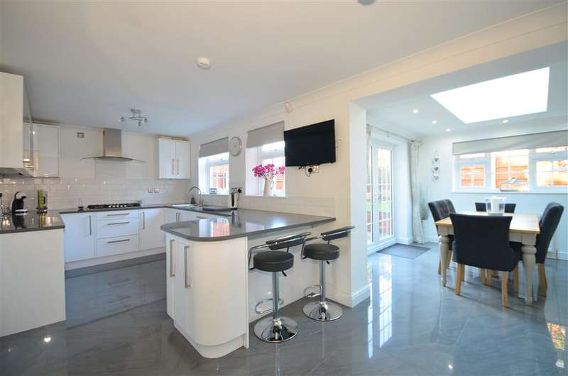 4 Bedrooms Detached House for sale in Mersea Crescent, Wickford, Essex