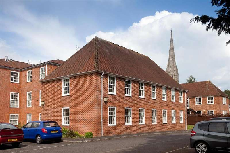 2 Bedrooms Flat for sale in The Close, Salisbury