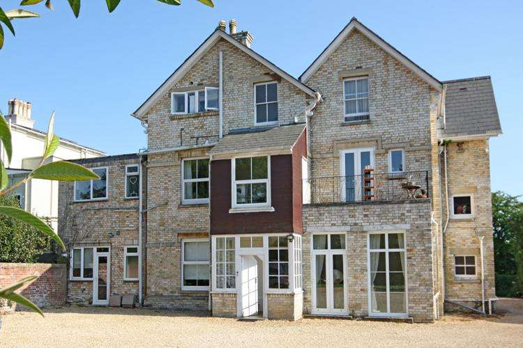 2 Bedrooms Flat for sale in Highfield, Lymington SO41