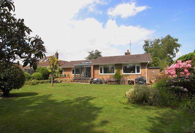 2 Bedrooms Detached Bungalow for sale in Kithurst Park, Storrington RH20