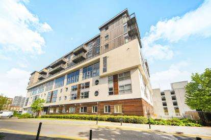 2 Bedrooms Flat for sale in Paramount, Spring Gardens, Swindon, Wiltshire