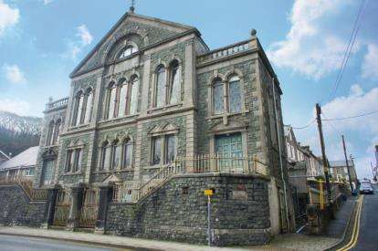 2 Bedrooms Flat for sale in Capel Garth, Bank Place, Porthmadog, LL49