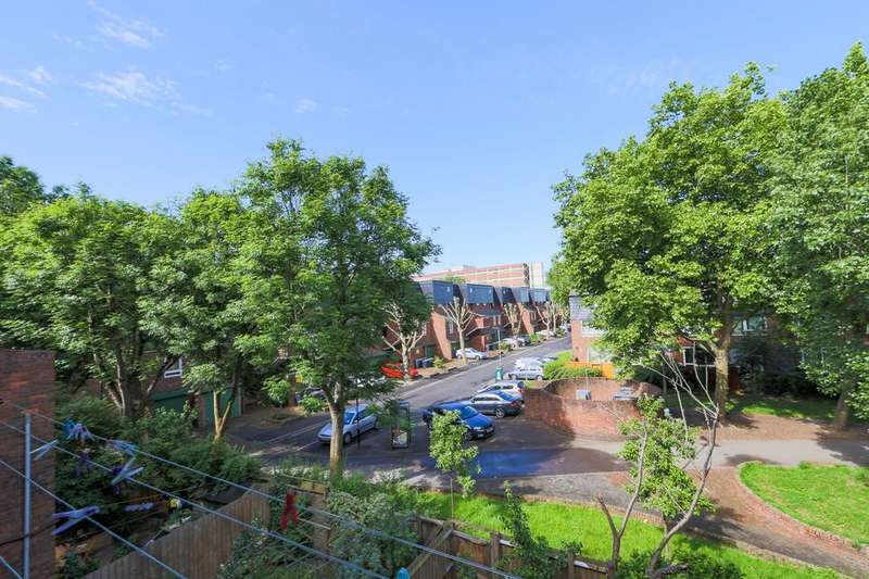 2 Bedrooms Flat for sale in Reedham Close, London N17