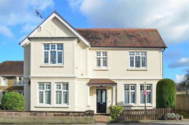 1 Bedroom Flat for sale in Garlands Road, Leatherhead, Surrey