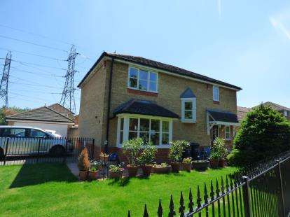 4 Bedrooms Detached House for sale in Warlow Close, Enfield