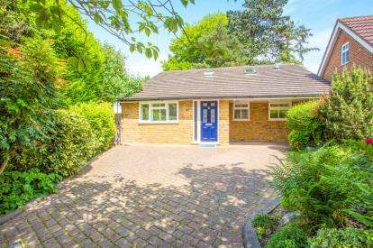 3 Bedrooms Bungalow for sale in The Ridgeway, Watford, Hertfordshire