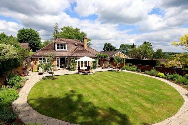 4 Bedrooms Detached Bungalow for sale in Runrig Hill, Chesham Bois, HP6