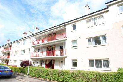3 Bedrooms Flat for sale in Fyvie Avenue, Glasgow