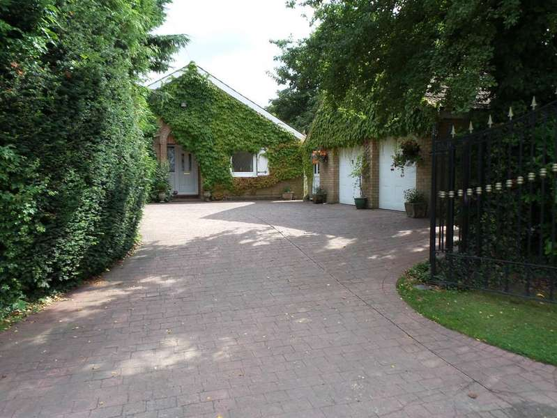 3 Bedrooms Bungalow for sale in TOWN STREET, SOUTH KILLINGHOLME