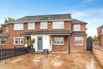 4 Bedrooms Semi Detached House for sale in Holland Close, New Barnet