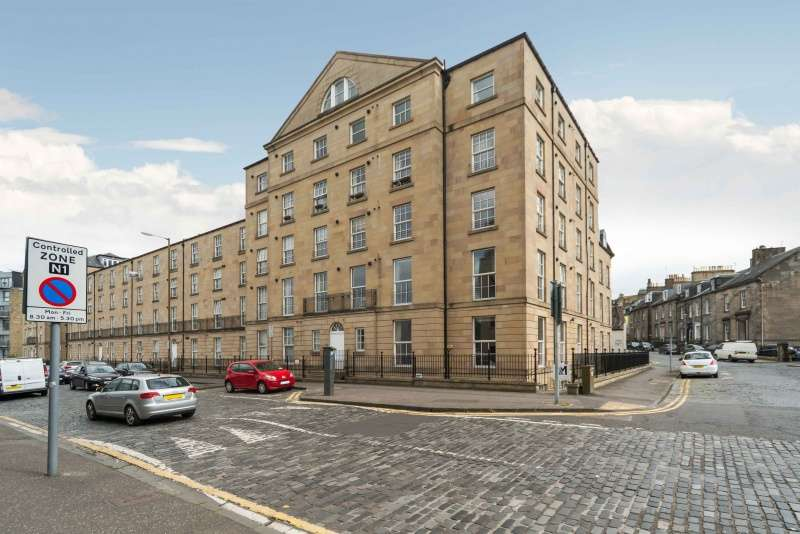 3 Bedrooms Flat for sale in East London Street, Edinburgh, EH7 4BQ