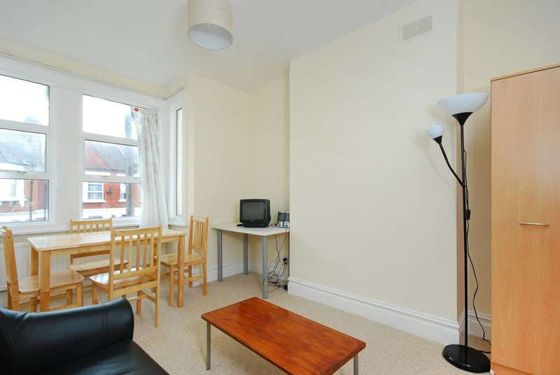 3 Bedrooms Flat for sale in Larch Road, Cricklewood, NW2