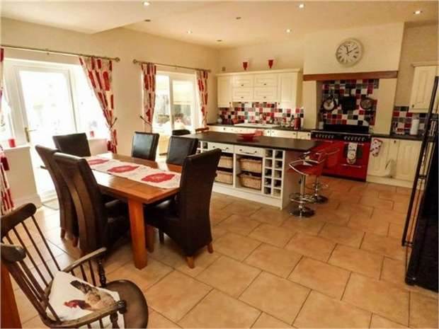 5 Bedrooms Detached House for sale in Louth Road, Holton-le-Clay, Grimsby, Lincolnshire