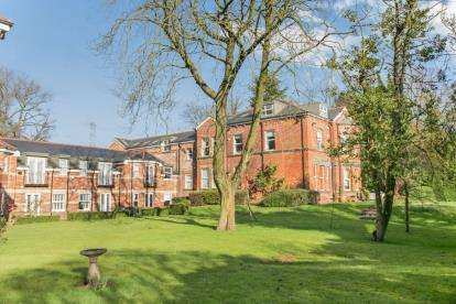 2 Bedrooms Flat for sale in Torkington Manor, Torkington Road, Hazel Grove, Stockport