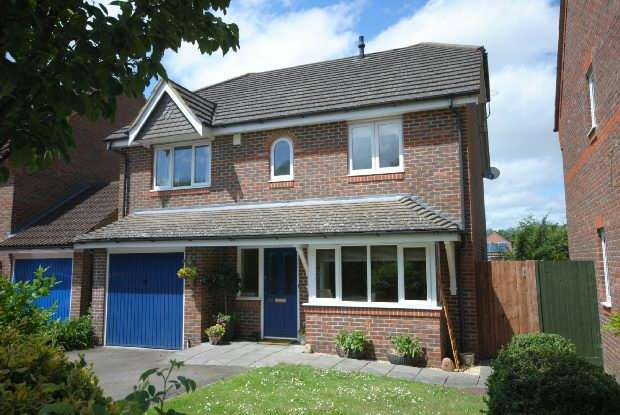 4 Bedrooms Detached House for sale in Woodcoock Court Three Mile Cross Reading