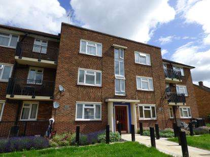 3 Bedrooms Flat for sale in Leven Drive, Waltham Cross, Hertfordshire