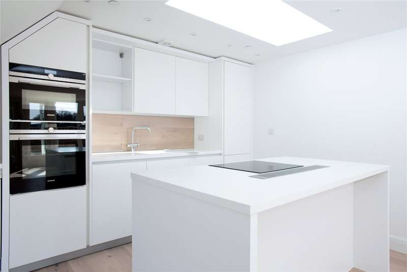 2 Bedrooms Flat for sale in King Georges Walk, High Street, Esher, KT10