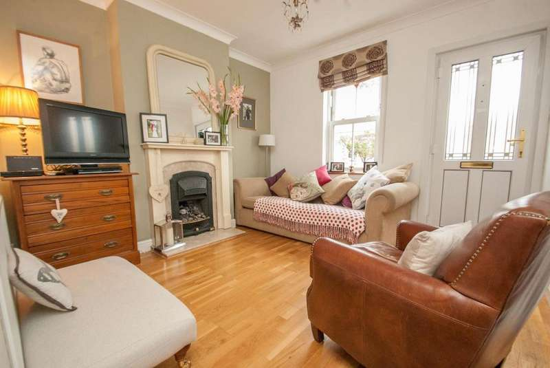 2 Bedrooms Cottage House for sale in Britannia Road, Warley, Brentwood, Essex, CM14