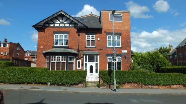 8 Bedrooms Terraced House for sale in Estcourt Terrace, Leeds, LS6