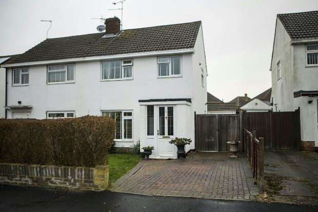 3 Bedrooms Semi Detached House for sale in Alandale Close Reading RG2 8JP