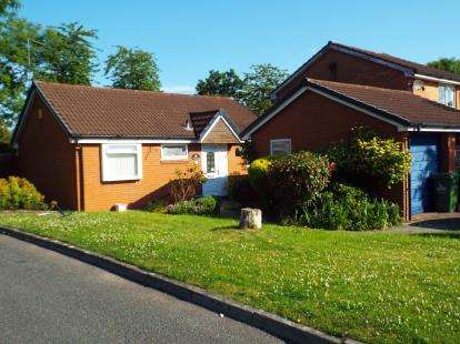 2 Bedrooms Bungalow for sale in Littlebourne, Murdishaw, Runcorn, Cheshire, WA7