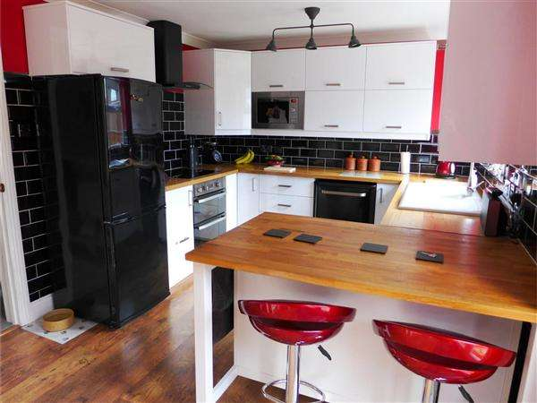 3 Bedrooms Semi Detached House for sale in Win Green View, Shaftesbury