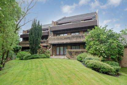 3 Bedrooms Flat for sale in Larchfield Court, Newton Mearns