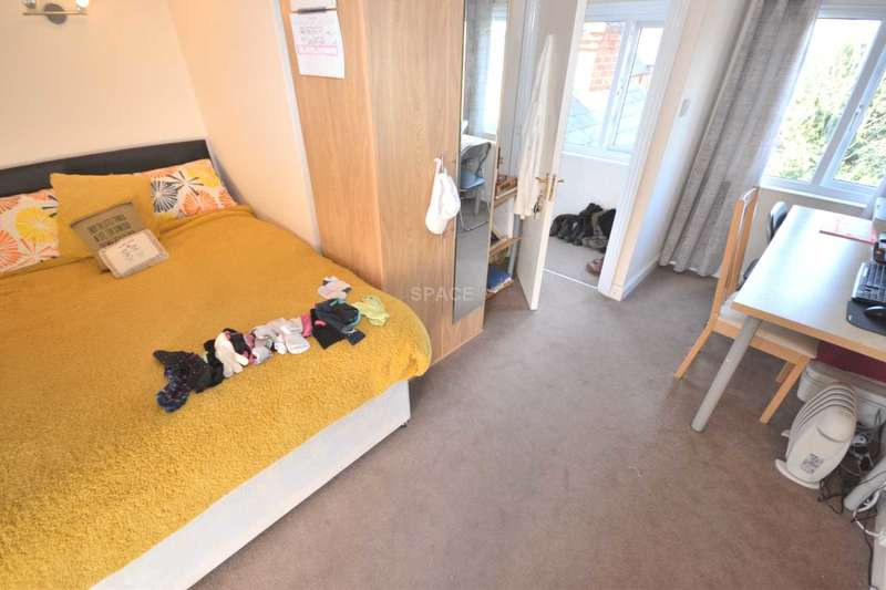 5 Bedrooms Terraced House for rent in St Edwards Road, Reading, Berkshire, RG6 1NL