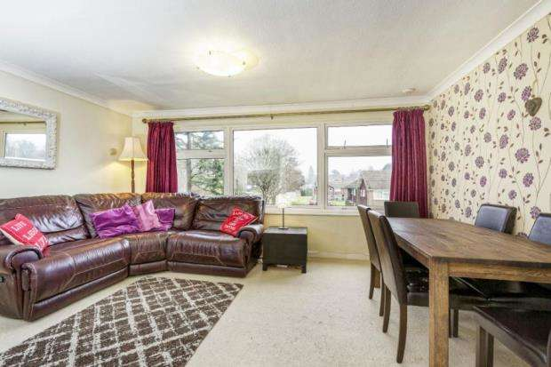 2 Bedrooms Flat for sale in Leatherhead, Surrey