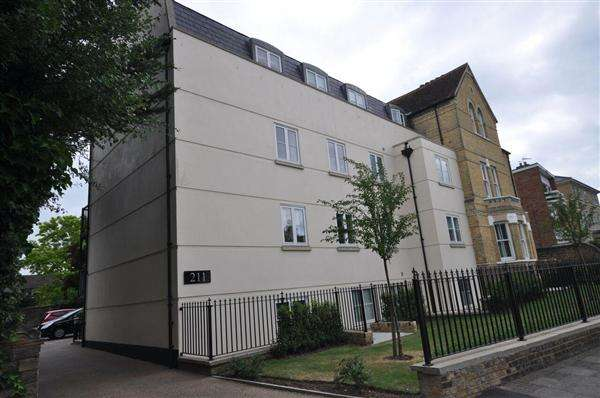 2 Bedrooms Apartment Flat for sale in Beechcroft Place, 211 New London Road. Chelmsford CM2 0AJ