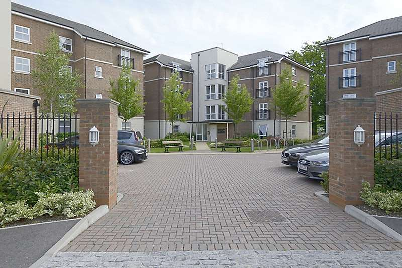 2 Bedrooms Apartment Flat for sale in Kenley Place, Farnborough, Hampshire, GU14