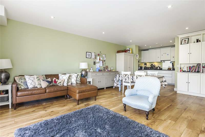 3 Bedrooms Flat for sale in Conningham Court, 21 Dowding Drive, London, SE9
