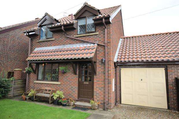 3 Bedrooms Detached House for sale in Mayfield Drive, Seamer, Scarborough, North Yorkshire YO12 4RA