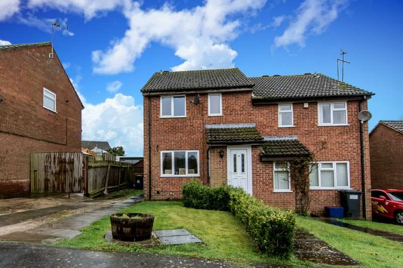 3 Bedrooms Semi Detached House for sale in Balliol Road, Daventry, Northamptonshire, NN11