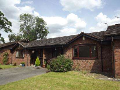 2 Bedrooms Bungalow for sale in Plumley Close, Davenport, Stockport, Greater Manchester
