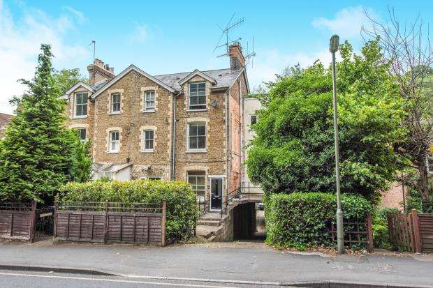 2 Bedrooms Flat for sale in Charterhouse Road, Godalming, Surrey